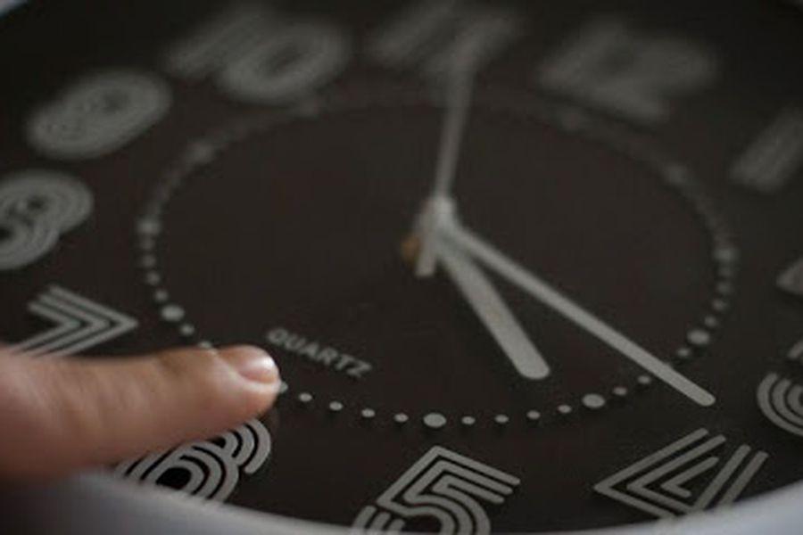 Especialistas entregan 10 consejos para el cambio de horario, y explican cómo sobrellevar la falta de sueño por la pandemia